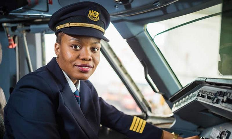 Admira Antonio, 29 ans, devient la première femme pilote de ligne de l'histoire du Mozambique