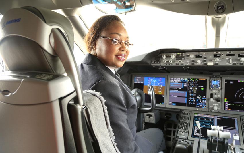 Irène Koki Mutungi, première femme pilote de ligne en Afrique